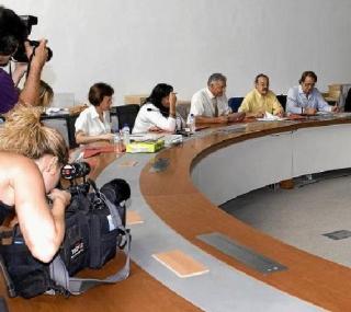 El PSOE-PAR ha comprado una mesa y unas sillas de precio escandaloso