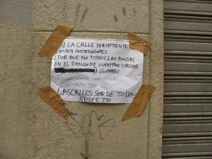 Foto del cartel en el que un vecino/a denuncia las basuras depositadas de forma incivica en su acera es de la calle Echegaray, en donde la gente sique echando la basura al suelo, en el lugar donde antes se encontraba el contenedor.