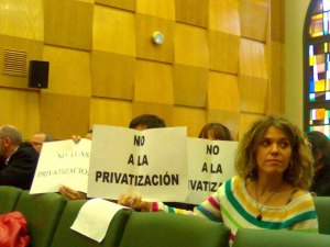 Los trabajadores del Servicio de Deportes han protestado por esta privatización en el pleno-hoy