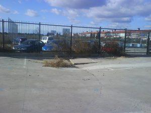Suelo del aparcamiento-dentro-del-cole. Hay otro hundimiento en el patio del colegio