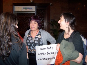 Carmen Gallego antendiendo en el pasillo a las personas que se han quedado sin sitio en el pleno