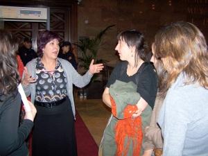 Carmen Gallego atendiendo a entidades sociales en el pasillo