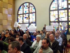 En el pleno de hoy han podido verse numerosas pancartas denunciando los recortes sociales