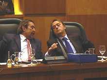 Belloch hablando con Pérez Anadón en un pleno