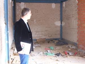 El portavoz de CHA en el Ayto de ZGZ, Juan Martín, dentro de uno de los quioscos del Corredor
