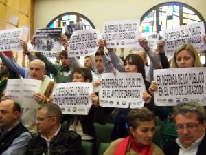 Funcionarios del Ayuntamiento de Zaragoza protestando por las privatizaciones que están llevando a cabo el PSOE-PAR, en el pleno del 27 de marzo de 2009