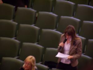 La representante de Arqueros de Arcosur durante su intervención en el pleno del Ayuntamiento de Zaragoza