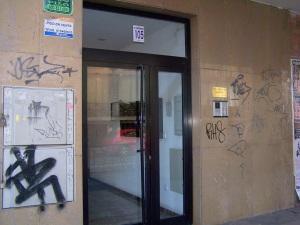Fachada llena de pintadas en un edificio en la Avda. Cesaraugusto.