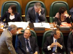 Manuel Blasco, Tte alcalde de Fomento y Deportes (PAR) dando ánimos a Antonio Becerril durante el pleno de hoy
