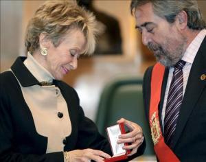 """De la Vega recibiendo la medalla machista """"Defensor de Zaragoza"""".Foto Ecodiario"""
