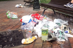 Restos de botellón en plaza de los sitios. Foto heraldo