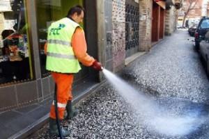 Trabajador de FCC limpiando con agua las calles de Zaragoza. Foto de El periódico de Aragón