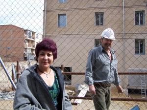 Carmen Gallego ante la valla de la Harinera de San José