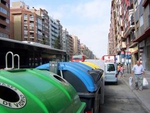 Parada bus invadida por los contenedores