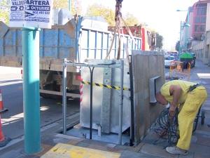 Operarios instalando contenedores soterrados en Paseo Echegaray de Zaragoza