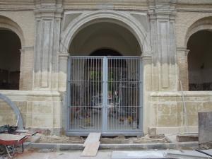 Puerta que impide pasar a las calles del interior de La Cartuja