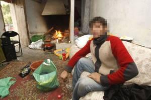Varias familias con niños, viven en un edificio abandonado